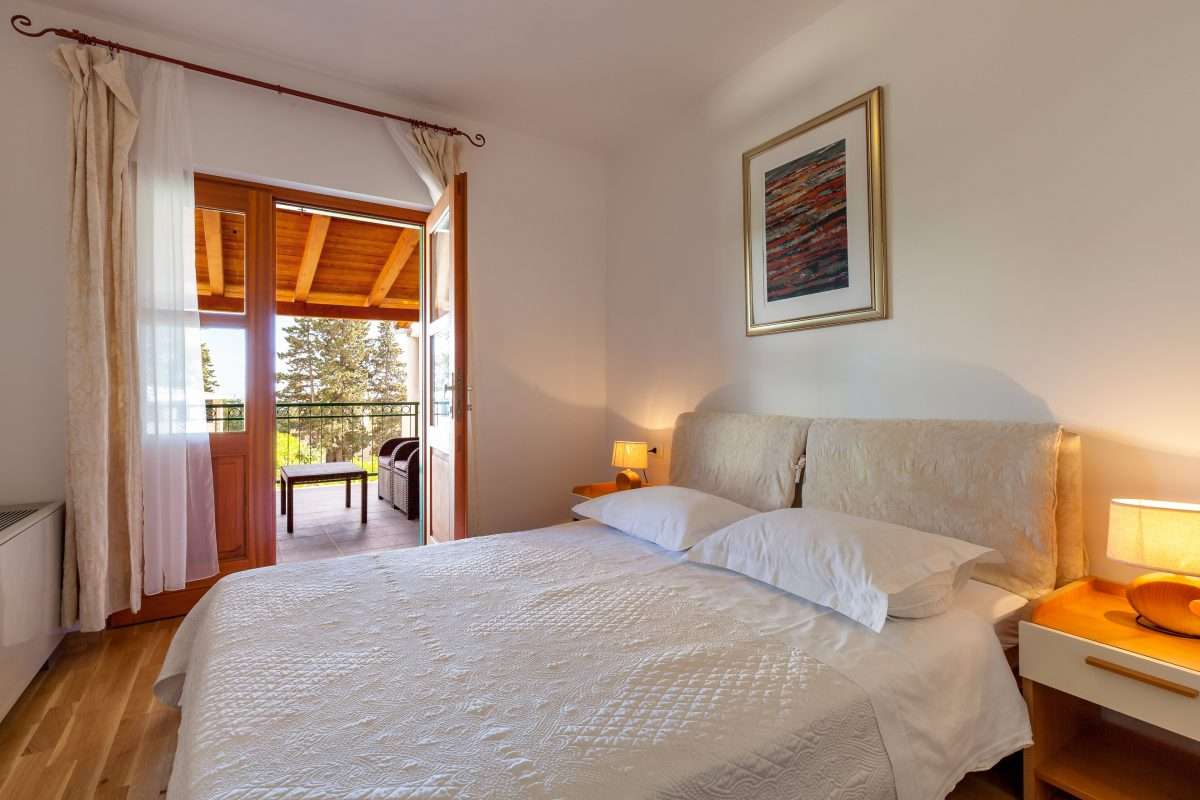 Double-bedded room with covered terrace